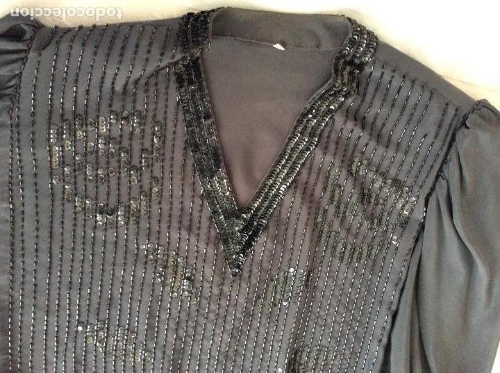 Traje de seda bordado con lentejuelas años 70 segunda mano