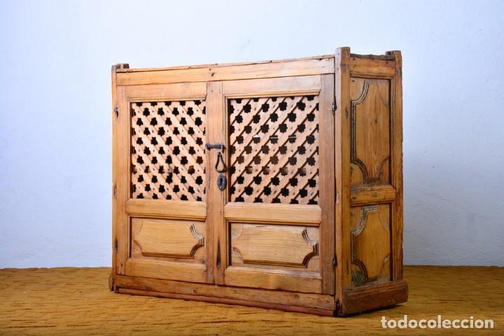 Alacena muy antigua con rejilla madera de pino - Estantería, fresquera,  cocina