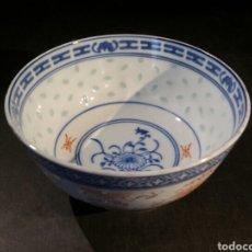 Antigüedades: ANTIGUO CUENCO EN PORCELANA MADE IN CHINA, TÉCNICA GRANOS DE ARROZ. Lote 124425619