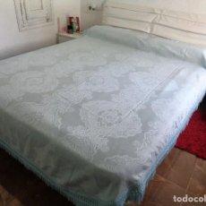 Antigüedades: COLCHA ADAMASCADA COLOR AZUL PASTEL CON FLECOS - SIN USO. Lote 124461211
