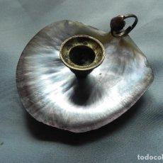 Antigüedades: ** ANTIGUA PALMATORIA PORTAVELAS EN CONCHA DE NACAR SIGLO XIX FIRMADA **. Lote 124461895