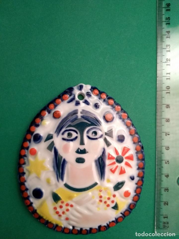 PLACA MEDALLA SARGADELOS NENA CON FLOR (Antigüedades - Porcelanas y Cerámicas - Sargadelos)