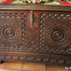 Antigüedades: ARCA ANTIGUA DE ROBLE TALLADA. Lote 124504395