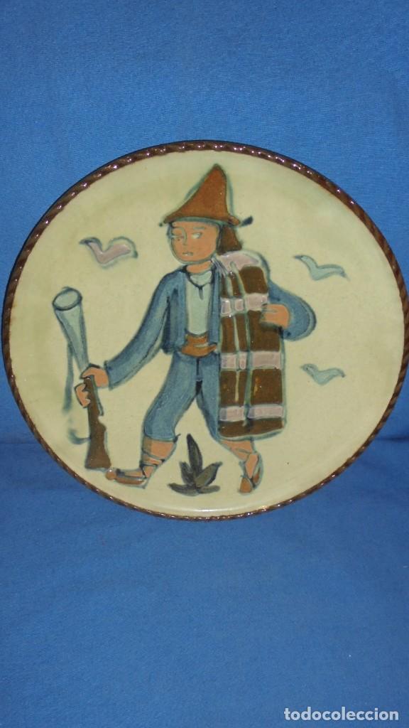 (M) PLATO DE LA BISBAL - AUTOR VILÀ CLARA - 24 CM. (Antigüedades - Porcelanas y Cerámicas - La Bisbal)