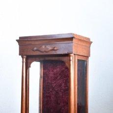 Antigüedades: VITRINA EXPOSITOR ANTIGUA - PUERTA CORREDERA CRISTAL Y TERCIOPELO. Lote 124609531