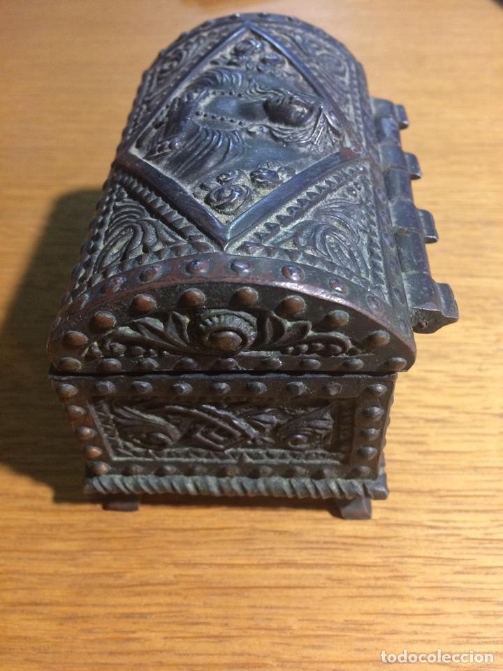 Antigüedades: Cajita metal tipo arcón muy labrada, modernista - Foto 3 - 124618044