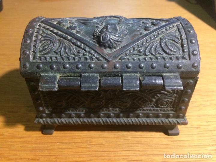 Antigüedades: Cajita metal tipo arcón muy labrada, modernista - Foto 4 - 124618044