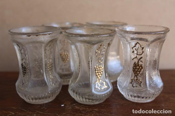 Antigüedades: VASOS vasitos antiguos de cristal de Santa Lucia con decoracion de vid en oro - Foto 2 - 124629103