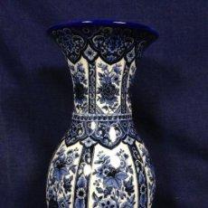 Antigüedades: JARRON JARRON CERAMICA DELFIS DELT HOLANDA AZUL BLANCO ABIGARRADOS MOTIVOS FLORALES VERTICALES 26X14. Lote 124649927