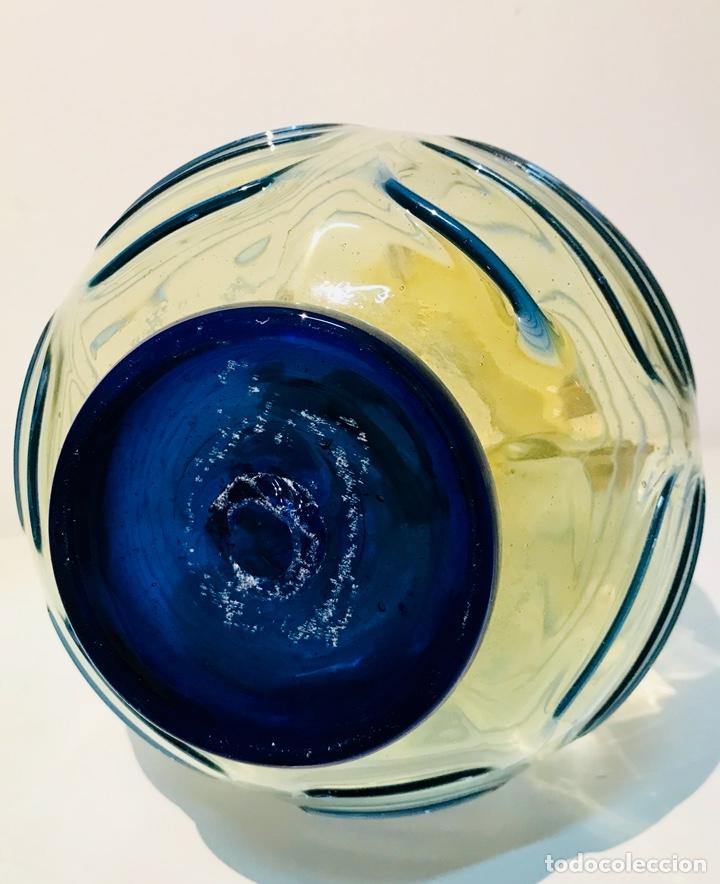 Antigüedades: Jarra de cristal mallorquín, de dos asas. Bicolor, Ámbar y azul. Principios Siglo XX - Foto 8 - 125031411