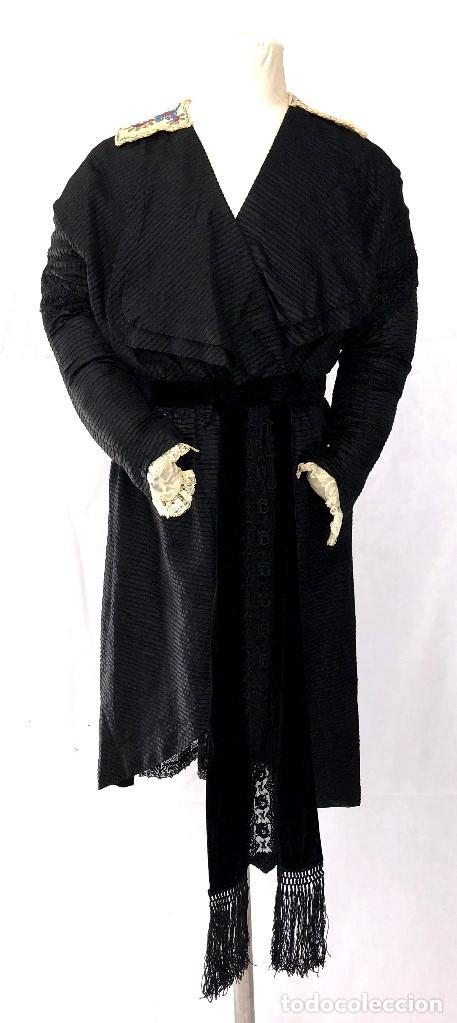 SOBRETODO O LEVITA DE SEDA - TERCIOPELO Y ENCAJES - ETIQUETA HERMANAS TABERNER - PP. S. XX (Antigüedades - Moda y Complementos - Mujer)