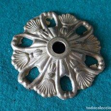Antigüedades: ROSETA FLORON DE BRONCE DORADO PARA LAMPARA. Lote 125136355