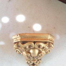 Antigüedades: PEQUEÑA MENSULA ANTIGUA DE MADERA ESTOFADA CON PAN DE ORO 7 X 9 X 7 DE ALTO. Lote 125145079