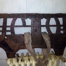 Antigüedades: ANTIGUO YUGO DE BUEY,TALLADO Y FECHADO 1926. Lote 125145487