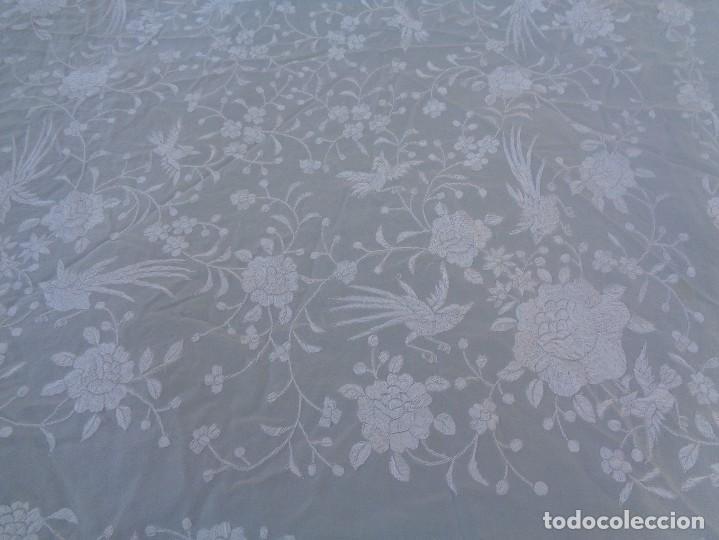Antigüedades: Bonito Mantón de Manila blanco bordado con preciosos motivos florales y pajaros bordeado con flecos - Foto 3 - 125149623