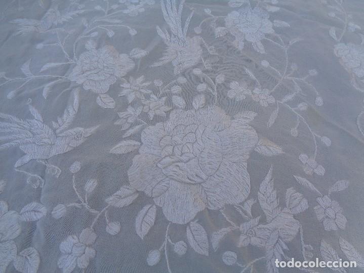 Antigüedades: Bonito Mantón de Manila blanco bordado con preciosos motivos florales y pajaros bordeado con flecos - Foto 4 - 125149623