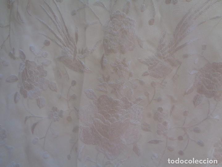 Antigüedades: Bonito Mantón de Manila blanco bordado con preciosos motivos florales y pajaros bordeado con flecos - Foto 8 - 125149623