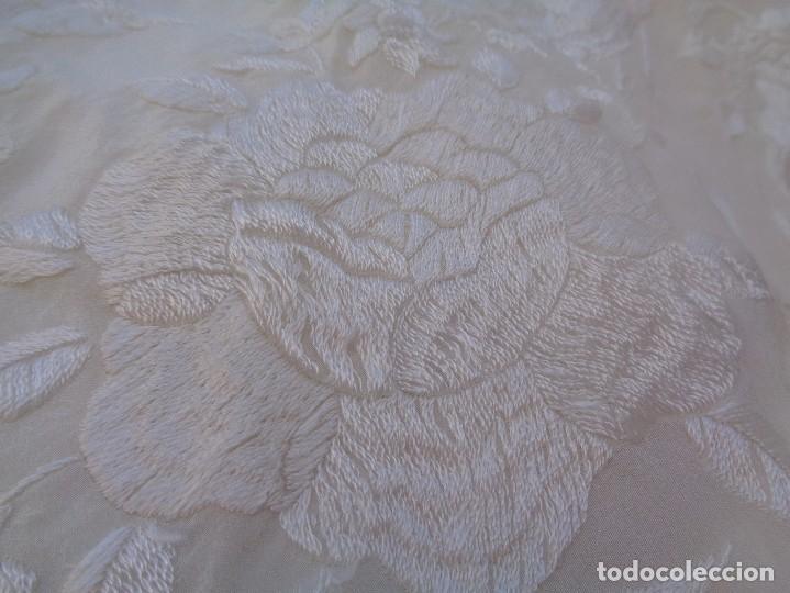 Antigüedades: Bonito Mantón de Manila blanco bordado con preciosos motivos florales y pajaros bordeado con flecos - Foto 10 - 125149623