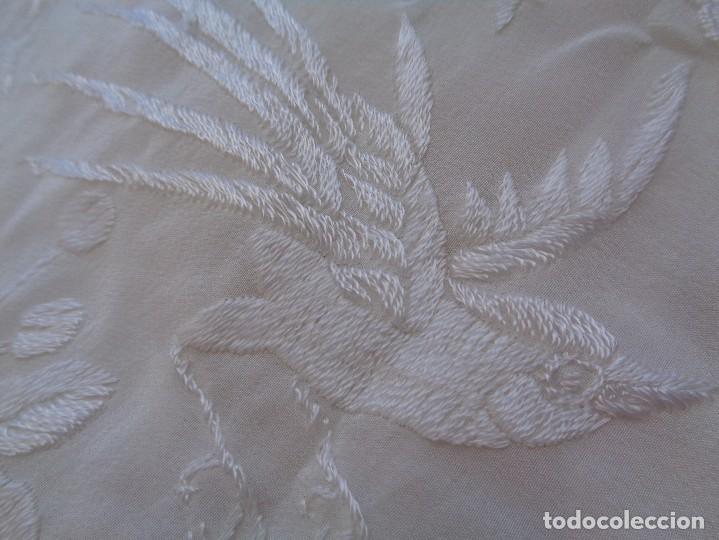 Antigüedades: Bonito Mantón de Manila blanco bordado con preciosos motivos florales y pajaros bordeado con flecos - Foto 11 - 125149623
