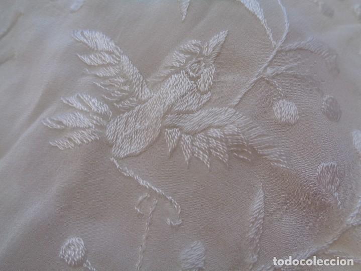 Antigüedades: Bonito Mantón de Manila blanco bordado con preciosos motivos florales y pajaros bordeado con flecos - Foto 12 - 125149623
