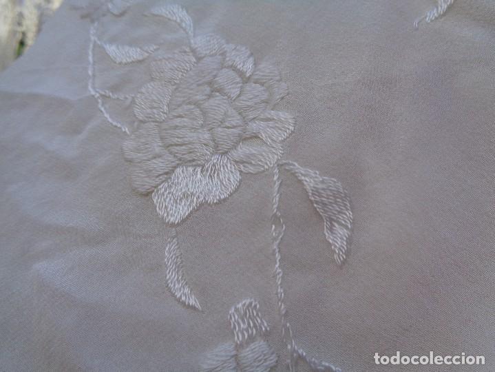 Antigüedades: Bonito Mantón de Manila blanco bordado con preciosos motivos florales y pajaros bordeado con flecos - Foto 14 - 125149623