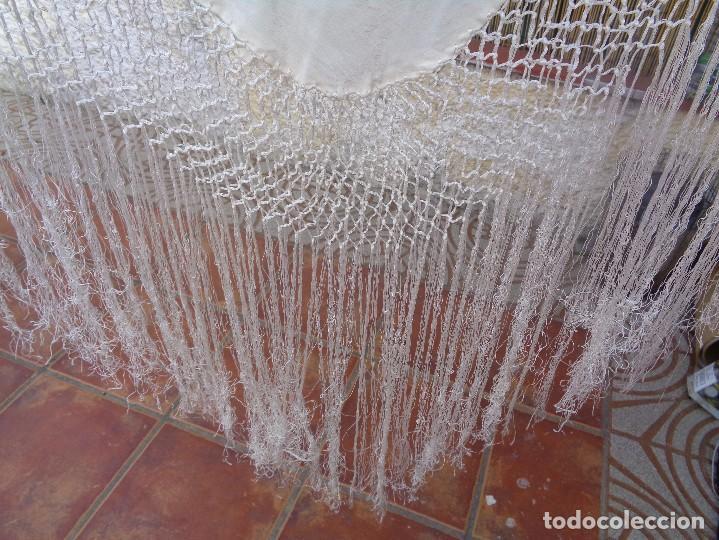 Antigüedades: Bonito Mantón de Manila blanco bordado con preciosos motivos florales y pajaros bordeado con flecos - Foto 15 - 125149623