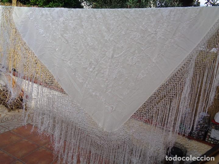 Antigüedades: Bonito Mantón de Manila blanco bordado con preciosos motivos florales y pajaros bordeado con flecos - Foto 16 - 125149623