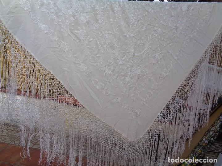 Antigüedades: Bonito Mantón de Manila blanco bordado con preciosos motivos florales y pajaros bordeado con flecos - Foto 17 - 125149623