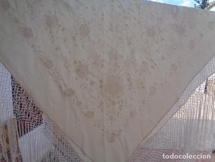Antigüedades: Bonito Mantón de Manila blanco bordado con preciosos motivos florales y pajaros bordeado con flecos - Foto 20 - 125149623