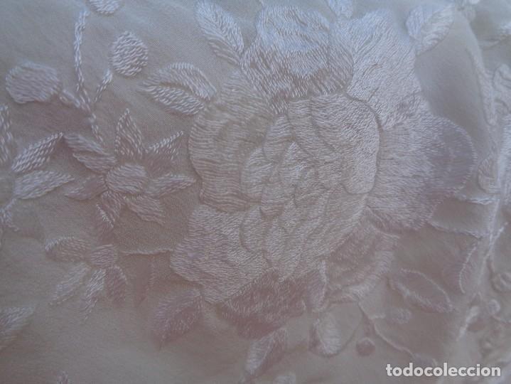 Antigüedades: Bonito Mantón de Manila blanco bordado con preciosos motivos florales y pajaros bordeado con flecos - Foto 21 - 125149623