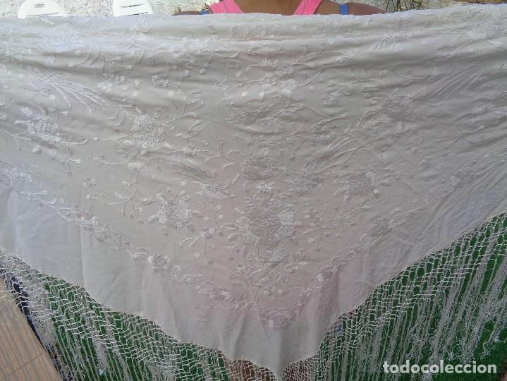 Antigüedades: Bonito Mantón de Manila blanco bordado con preciosos motivos florales y pajaros bordeado con flecos - Foto 27 - 125149623