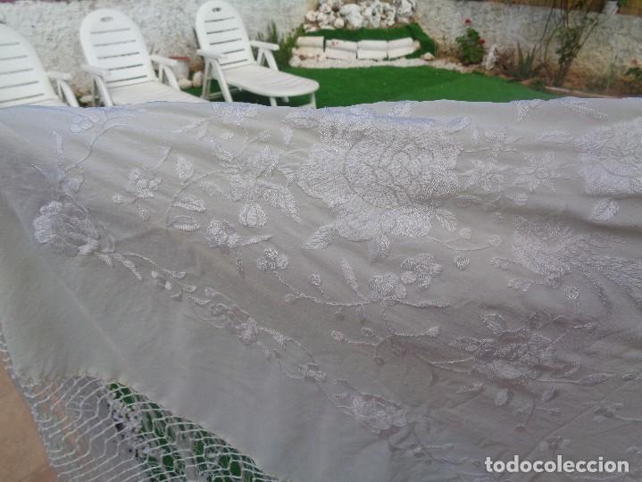 Antigüedades: Bonito Mantón de Manila blanco bordado con preciosos motivos florales y pajaros bordeado con flecos - Foto 29 - 125149623