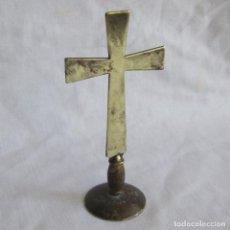 Antigüedades: ANTIGUA CRUZ DE BRONCE DE SOBREMESA. Lote 125203555