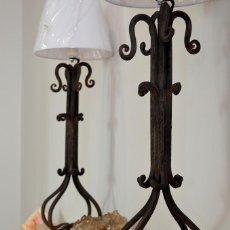 Antigüedades: LAMPARAS O LAMPARITAS DE MESA EN FORJA O HIERRO FORJADO NATURISTA VINTAGE INDUSTRIAL. Lote 125222979