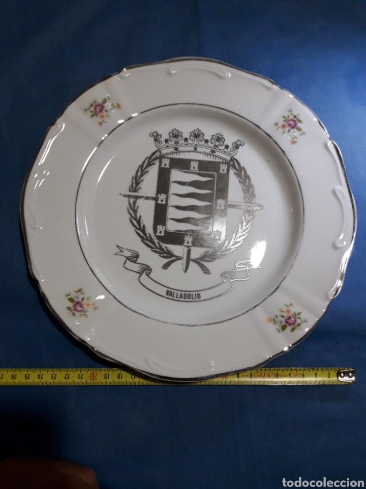 Antigüedades: BONITO PLATO PINTADO EN PLATA VALLADOLID - Foto 2 - 125235296