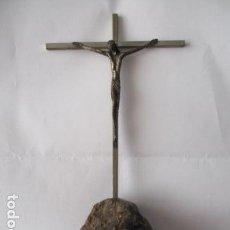 Antigüedades: CRUZ SOBRE PIEDRA, CRUCIFIJO CATÓLICO, CRUZ Y CRISTO DE METAL Y INSIGNIA CATALANA. Lote 125237183