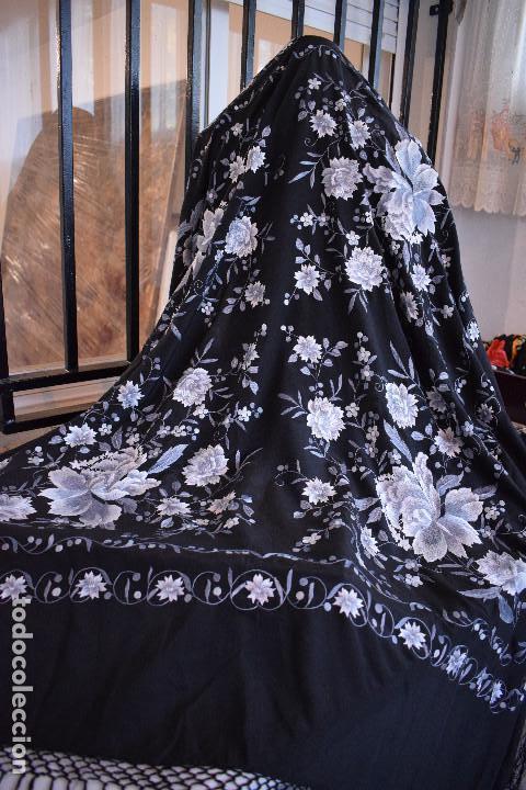 Antigüedades: Mantón de Manila, con fondo negro y bordados en escala de grises - Foto 3 - 125237963