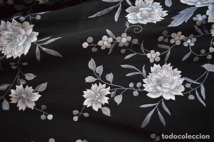 Antigüedades: Mantón de Manila, con fondo negro y bordados en escala de grises - Foto 4 - 125237963