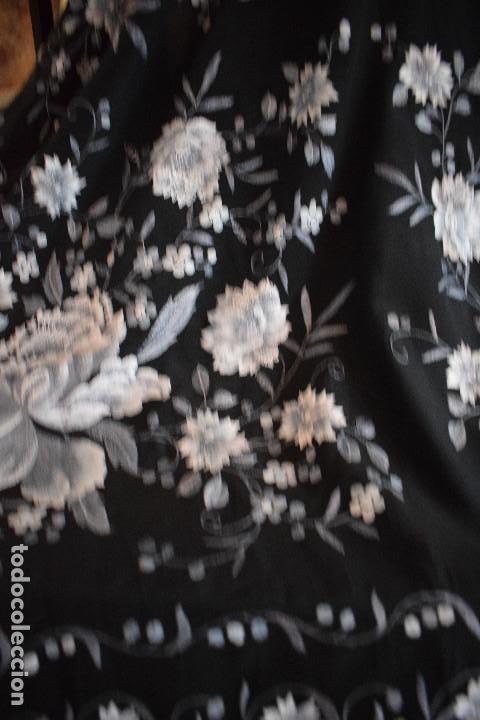 Antigüedades: Mantón de Manila, con fondo negro y bordados en escala de grises - Foto 5 - 125237963