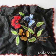 Antigüedades: ANTIGUO PAÑUELO EN SEDA BORDADO A MANO. 15 X 18 CM.. Lote 125238339