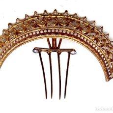 Antigüedades: PEINE DE METAL FILIGRANA HECHO COMO UNA TIARA, A FINALES DEL SIGLO XIX. Lote 125240315