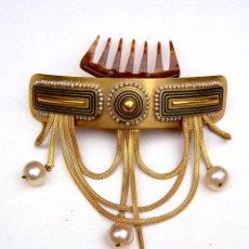 Antigüedades: PEINE DE PELO CON CADENAS Y COLGANTES DE PERLAS DE IMITACIÓN. Lote 125240627