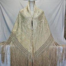 Antigüedades: MANTÓN DE MANILA ANTIGUO BORDADO A MANO COLOR MARFIL. Lote 125281879
