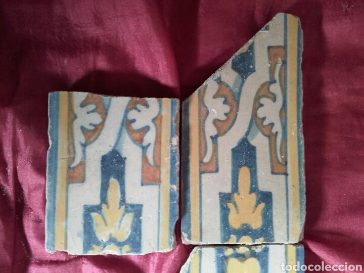 Antigüedades: Cenefa de azulejos de Talavera, s. XVI. 3 piezas esmaltadas en azul, amarillo, naranja y blanco. - Foto 2 - 43971304