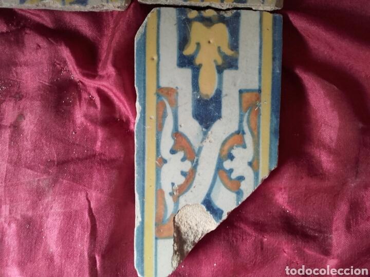 Antigüedades: Cenefa de azulejos de Talavera, s. XVI. 3 piezas esmaltadas en azul, amarillo, naranja y blanco. - Foto 3 - 43971304