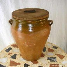 Antigüedades: ANTIGUA ORZA DE BARRO VIDRIADO CON 2 ASAS Y TAPA DE MADERA.. Lote 125330151