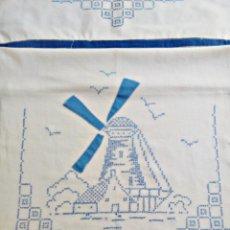 Antigüedades: CORTINA CON MOLINO BORDADO A PUNTO DE CRUZ. Lote 125350639