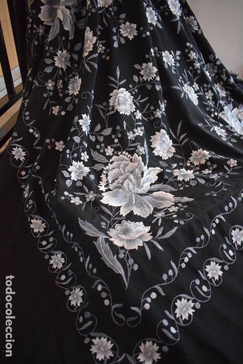 Antigüedades: Mantón de Manila, con fondo negro y bordados en escala de grises - Foto 6 - 125237963