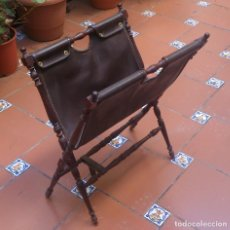 Antiquités: ANTIGUO REVISTERO DE MADERA Y CUERO. Lote 125700739