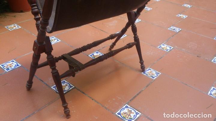 Antigüedades: antiguo revistero de madera y cuero - Foto 4 - 125700739